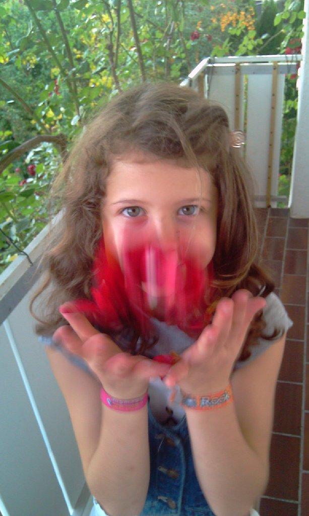 Hanna mit Rosenblättern